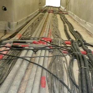Viele Rohrleitungen im Boden, Fließestrich zur Nivellierung