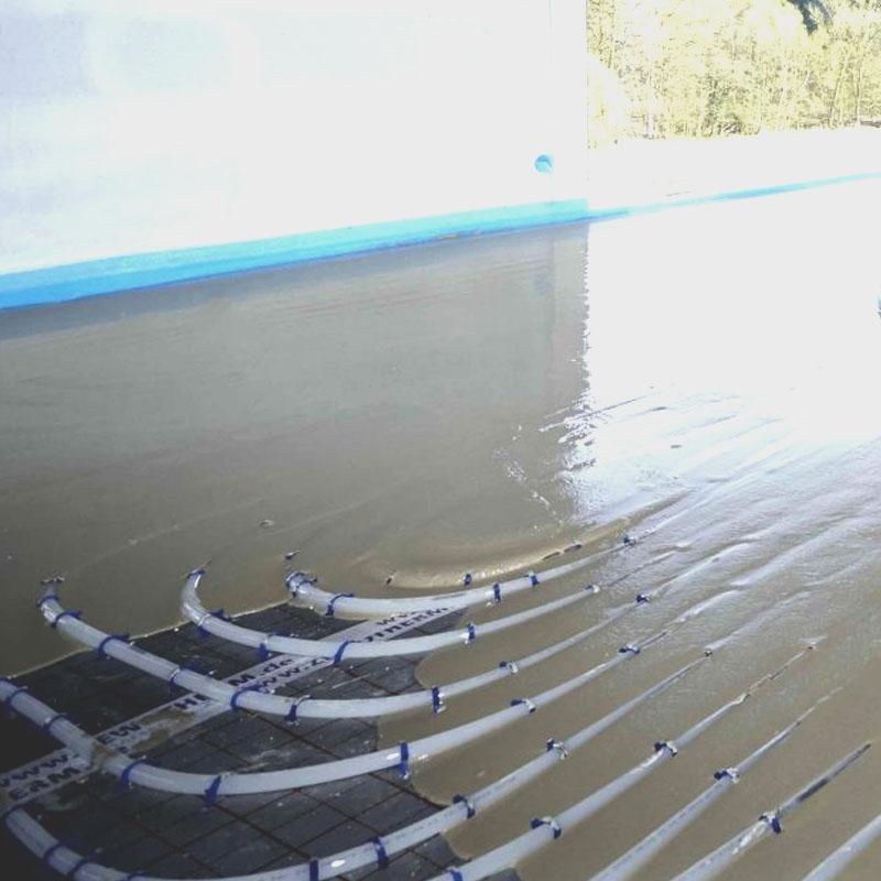 Fußbodenheizung im Fließestrich, selbstnivellierende Oberfläche