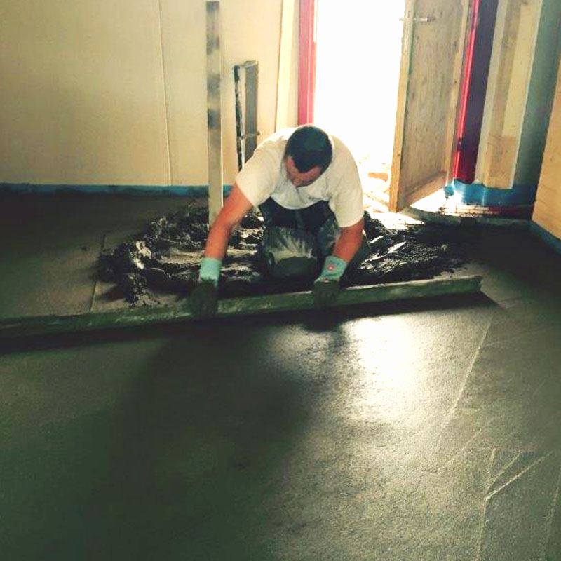 Sauber ausgebrachter Zementestrich, professionelle Arbeiten