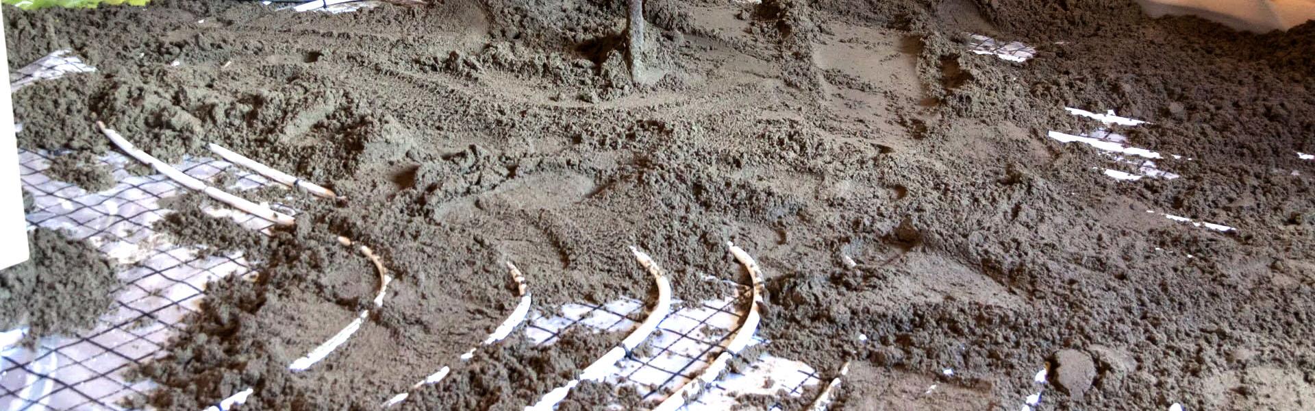 Kombination von Fußbodenheizung, Bodenisolierung, Dampfsperre und Estrich
